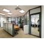 Оригинальный ресепшн в сочетании с офисными перегородками – стильное решение для офисов