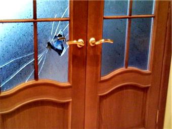 Замена стекла в межкомнатных дверях своими руками