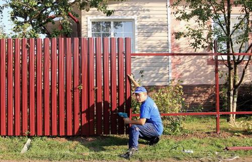 Забор из металлоштакетника своими руками видео