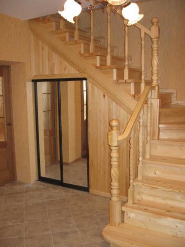 лестницы на второй этаж от входной двери