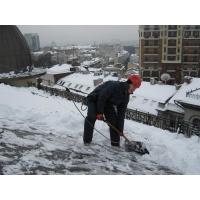 Уборка снега с крыш, сбив облединения