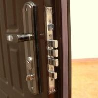 Установка входных межкомнатных дверей качественно