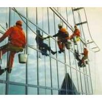 Мытье окон и фасадов с помощью альпинистов