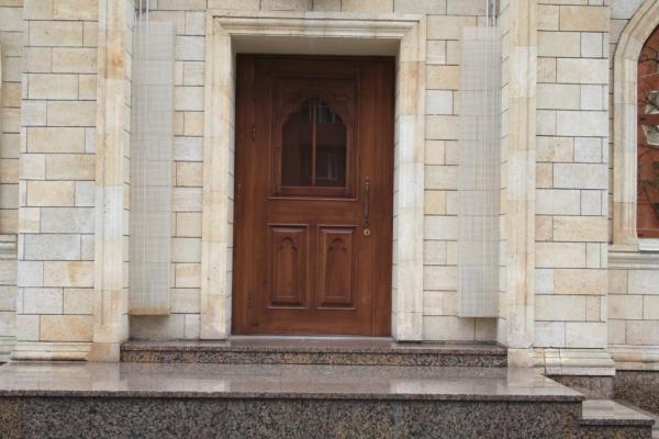 входная дверь в загородном доме из массива
