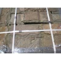 Камень серо-зеленый со сколом натуральный песчаник