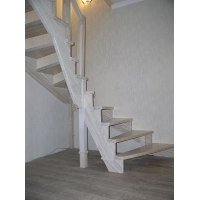 Белая лестница из лиственницы. 2016 год.  Поворотная лестница для дома