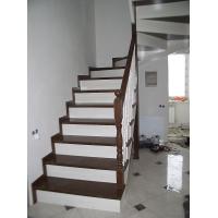 Лестницы из лиственницы.  Лестница поворотная с комбинированной окраской