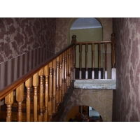 Лестница из лиственницы с резным столбом